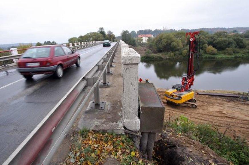 Šiuo metu jau vyksta Raudondvario tilto per Nevėžį rekonstravimo parengiamieji darbai, netrukus bus pastatytas šviesoforas, kuris reguliuos transporto srautą.