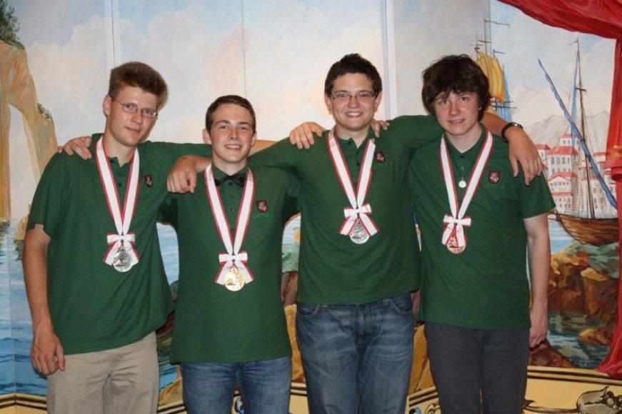 Lietuvos jaunieji chemikai iš Japonijos sugrįžta su visų spalvų medaliais.
