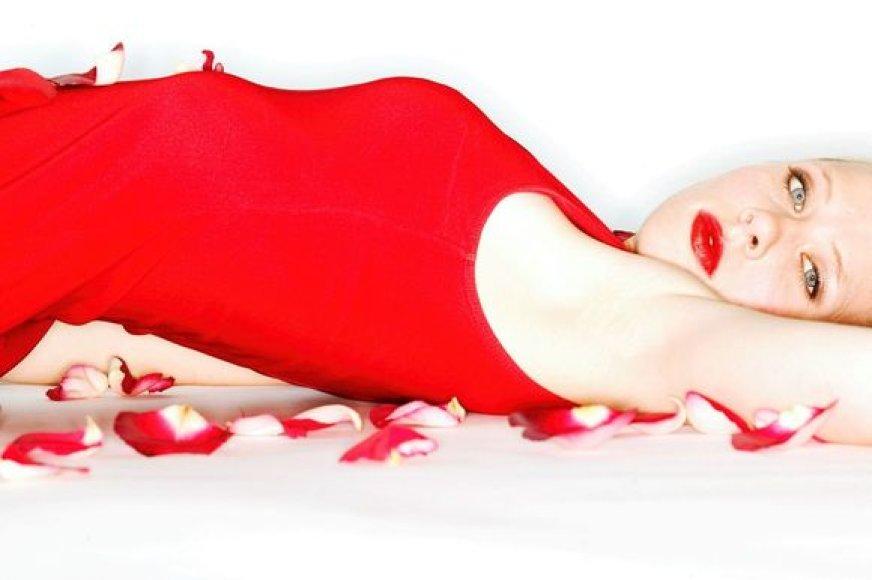 """Dėl raudonos spalvos vyrams moterys atrodo """"karštesnės""""."""