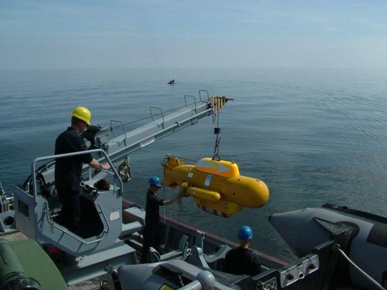 Povandeninis robotas ruošiamas objektui identifikuoti.