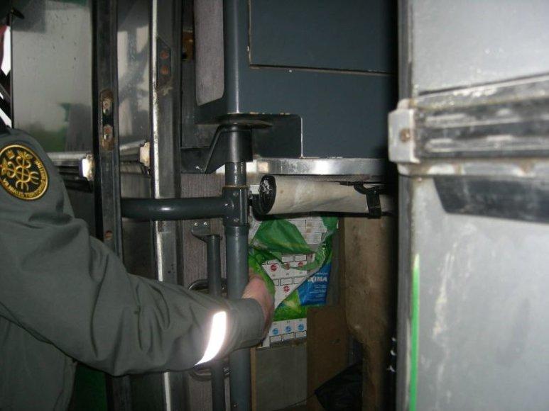 """Muitininkai cigaretes aptiko autobuso """"miegamajame"""" įrengtoje slėptuvėje."""