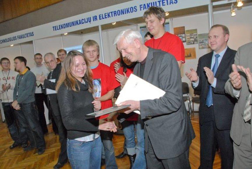 """Doc. J.A.Sveikata rūpinosi studentų moksline veikla. KTU studentų ir jaunųjų mokslininkų parodoje """"Technorama 2007"""" prie Telekomunikacijų ir elektronikos."""