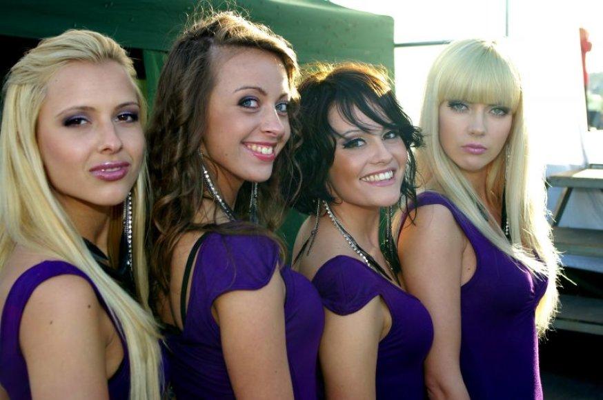 """Grupės """"BM"""" narė Gintė (trečia mergina iš kairės)"""