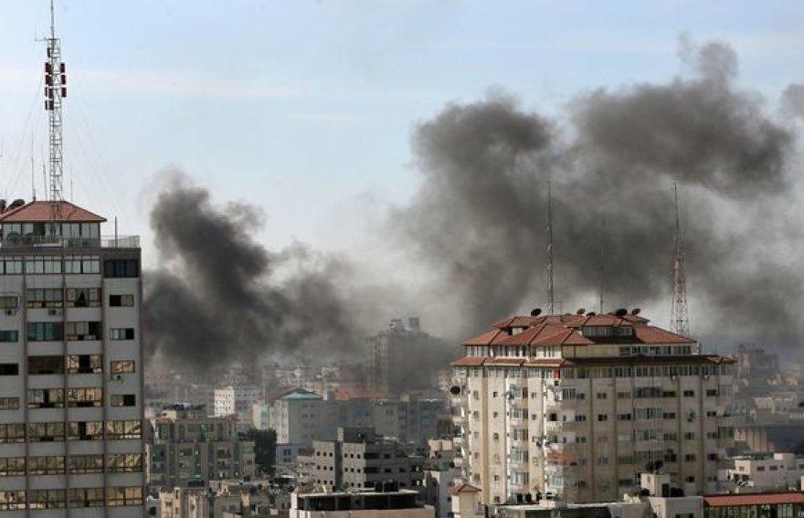 Iš JT būstinės kyla dūmai.