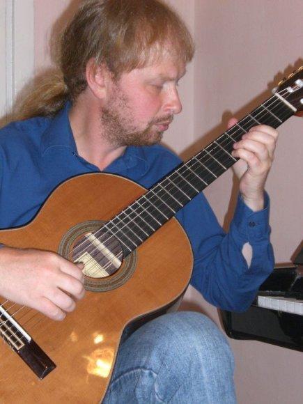 Gitaristas V.Mikuckis maksimaliai atskleidžia technines gitaros galimybes.