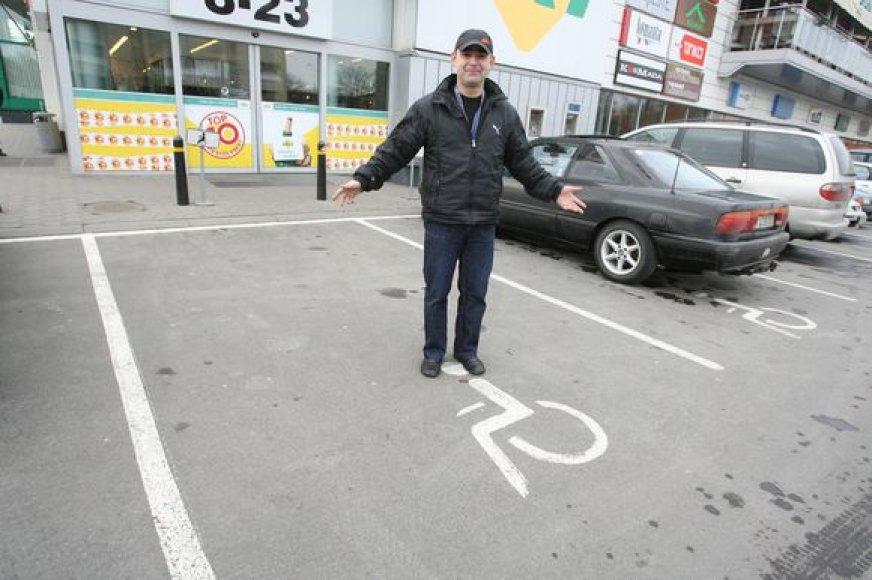Išėjęs iš parduotuvės O.Gurovas neberado savo automobilio – jis buvo nutemptas dėl to, kad nepažymėtas atitinkamu ženklu stovėjo neįgaliojo vietoje.