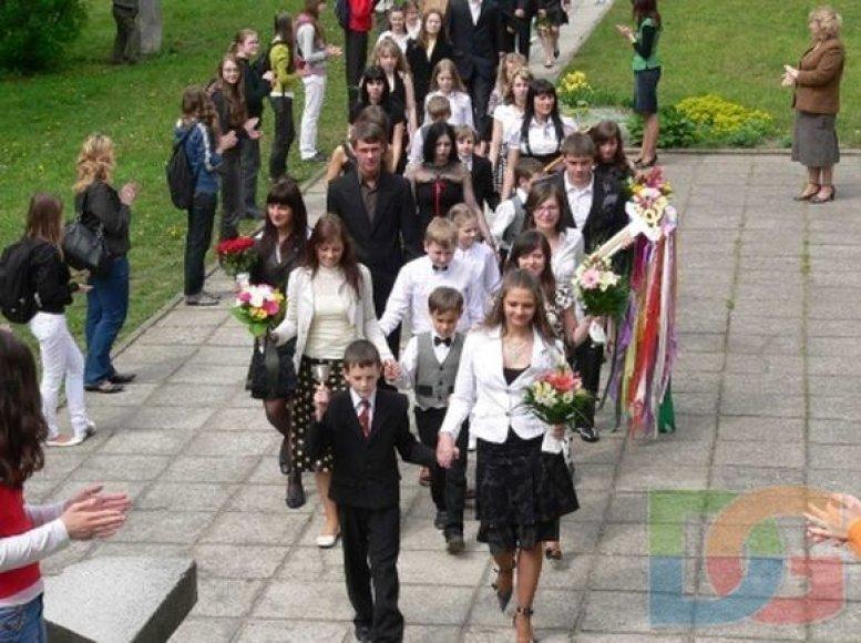 Kauno Vaižganto vidurinės mokyklos dešimtokai nori paskutinio skambučio šventės sulaukti šioje ugdymo įstaigoje.