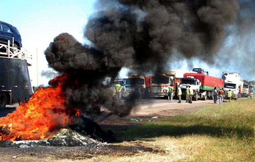 Argentinos žemdirbiai blokuoja kelius.