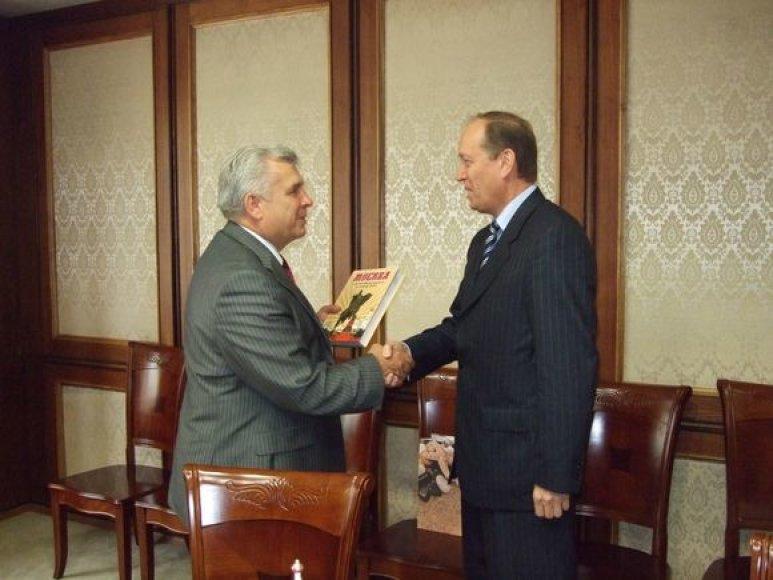 Klaipėdos meras R.Taraškevičius (k.) su Rusijos diplomatu A.Vešniakovu apsikeitė dovanomis.