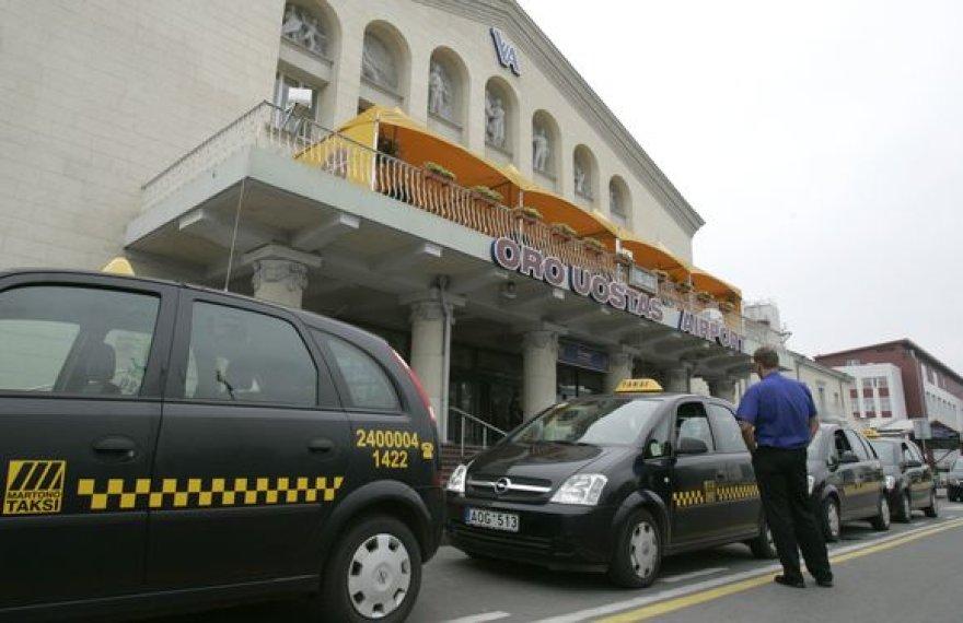 Oro uoste dirbantys taksistai linkę pasipelnyti užsieniečių sąskaita.