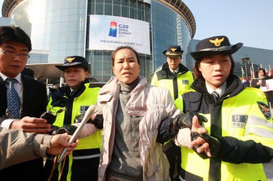 Pietų Korėjos pareigūnai sulaikė susideginti mėginusią moterį