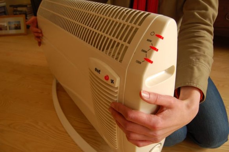 Namų administratoriams nepakankamai gerai vykdant savo pareigas, vieni daugiabučių gyventojai priversti šildytis papildomomis priemonėmis, o kiti – atlapoti langus.