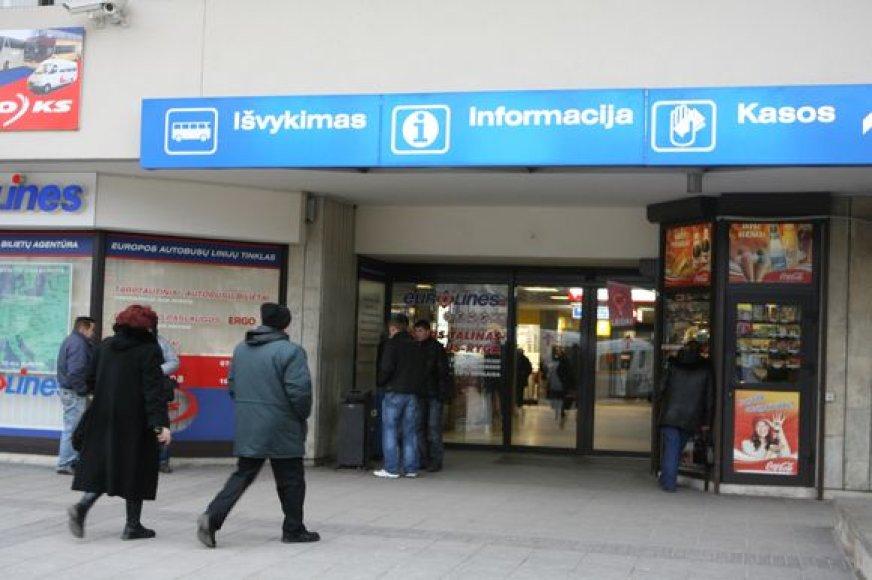 Tam, kad reklaminiai bukletai nenukeliautų į šiukšlių dėžę, reklamdaviai autobusų stoties administracijos paprašė prisegti juos prie keleivių bilietų.
