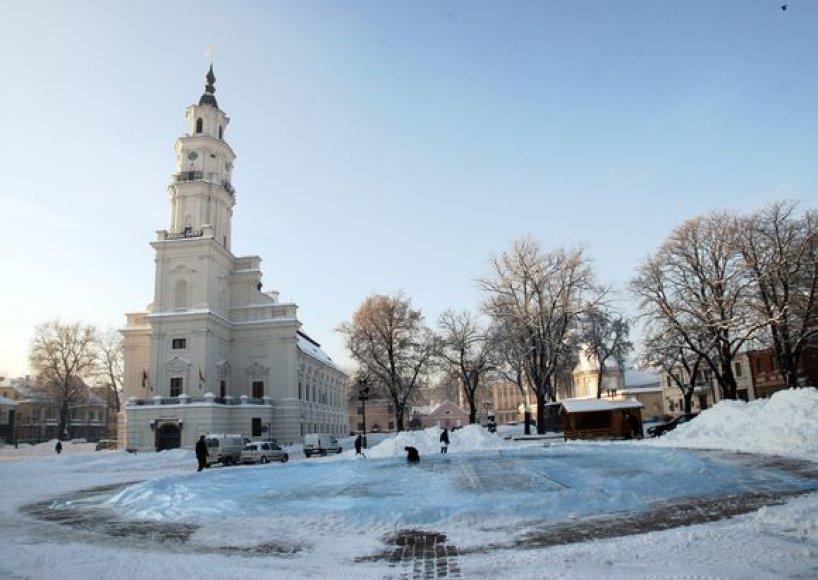 Pirmadienį Kauno rotušės aikštė bruzdėjo nuo čiuožyklą ruošiančių darbininkų.