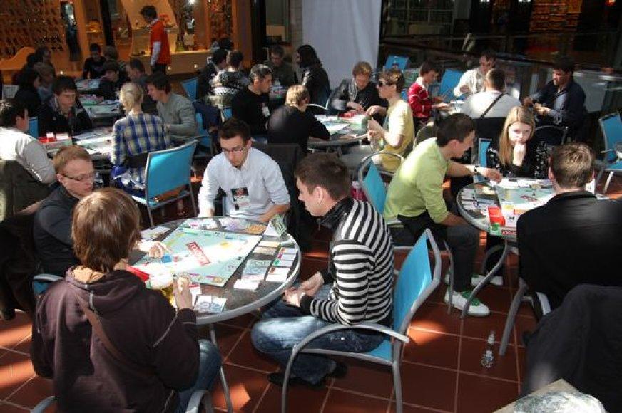 """Daugumą iš 68 Kauno atrankiniame etape dalyvavusių žaidėjų - jaunuoliai, """"Monopolį"""" žaidžiantys nuo pat vaikystės."""