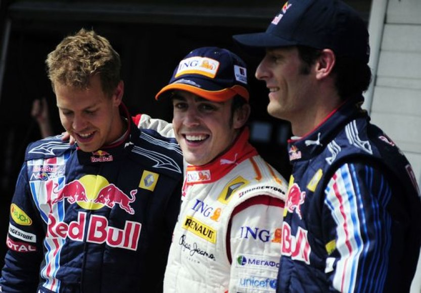 Fernando Alonso (centre) džiaugiasi pergale