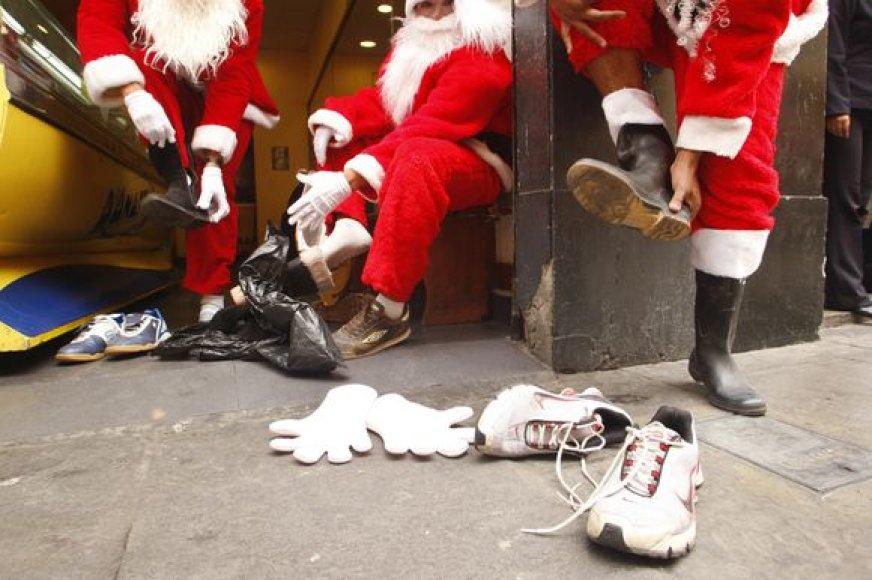 Limoje Kalėdų Seneliai rungėsi bėgimo varžybose.
