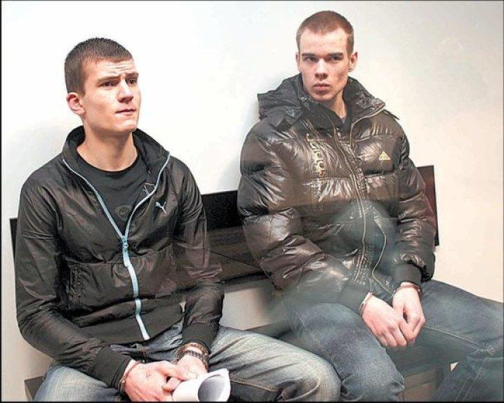 Per paskutinį žodį K.Viršutis (kairėje) tikino aukos motina,  kad ir jam dabar nelengva, o O.Vedegys po prokuroro pasiūlytos bausmės valūkiškai susimirksėjos su salėje sėdinčiais draugais.