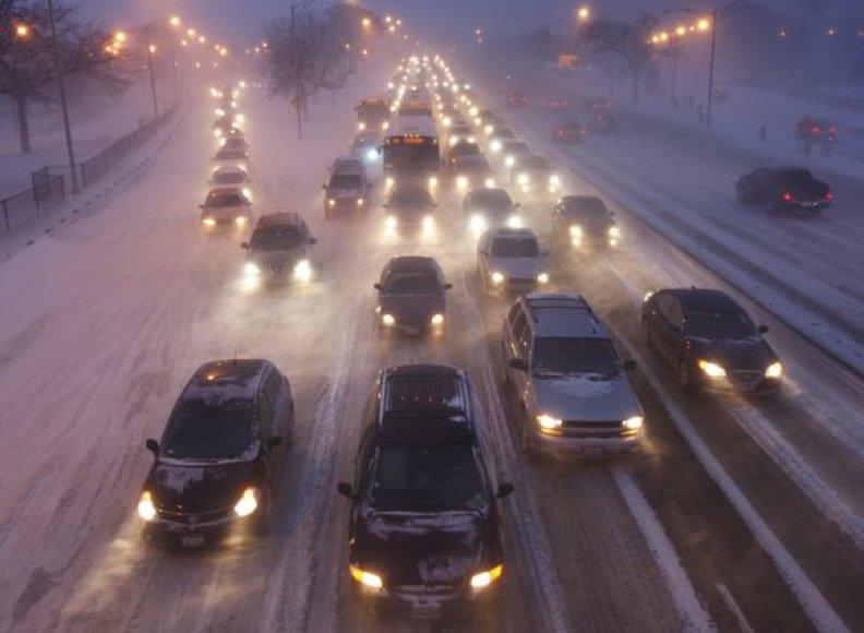 Dėl apledėjimo ir šlapdribos taip pat sutriko eismas kai kurių valstijų keliuose.