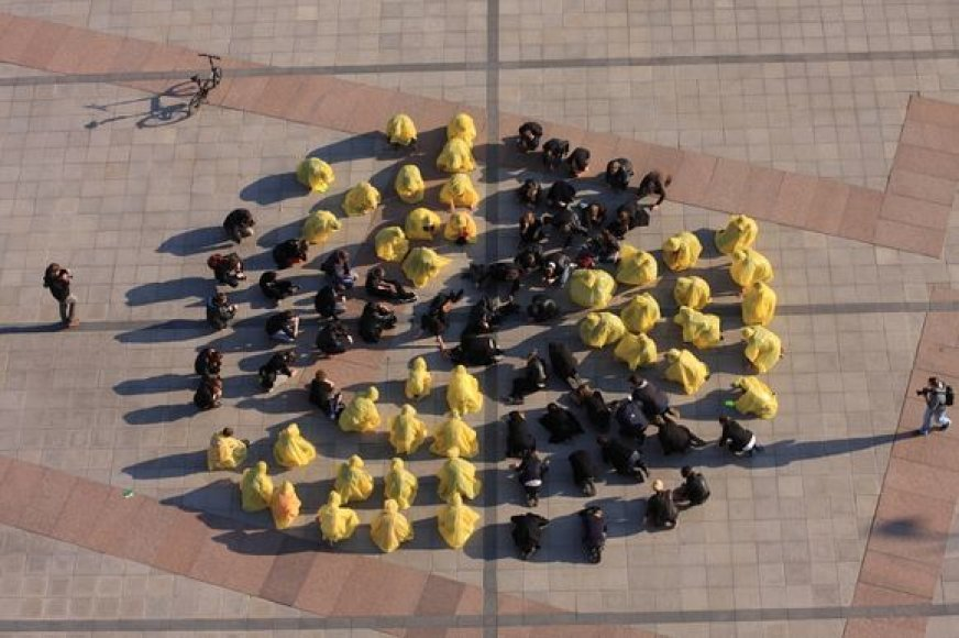 """Antiatominiu """"flashmobu"""" Lietuvos aktyvistai siekė išreikšti neigiamą požiūrį į šalyje ir jos kaimynystėje statomas atomines jėgaines."""
