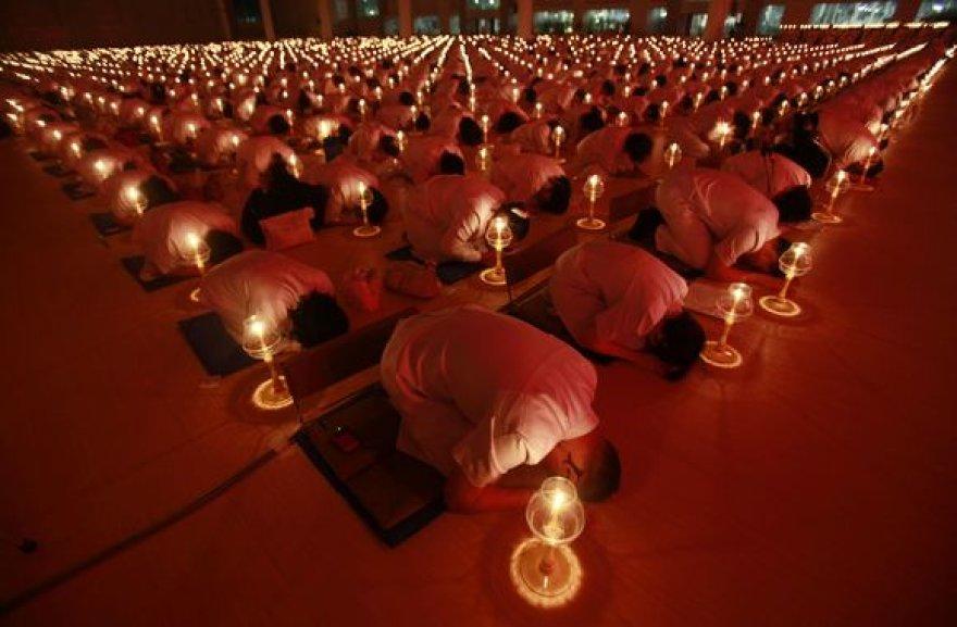 Tailandiečiai ir budistų vienuoliai viename Bankoko priemestyje meldėsi už Japonijos cunamio ir žemės drebėjimo aukas.
