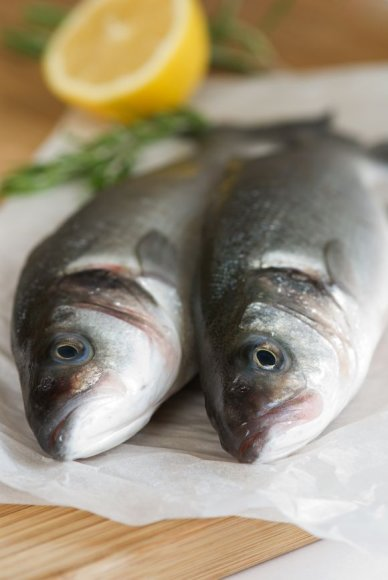 Žuvies kvapas šaldytuve labai greitai persmelkia ir kitus produktus, todėl geriausia ją laikyi sandariame maišelyje ar popieriaus pakete.