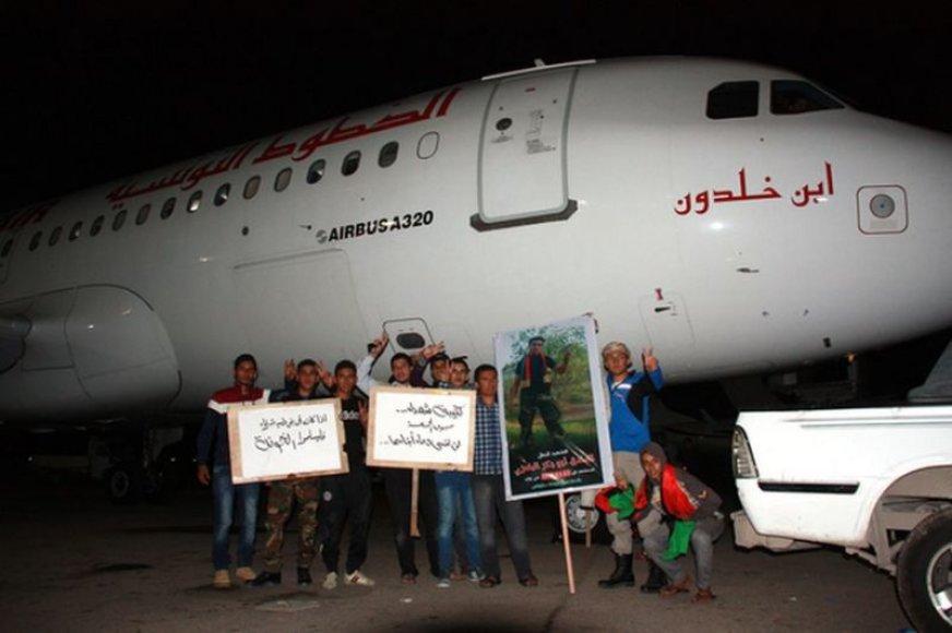 """""""Tunisair"""" lėktuvui pajudėti kelias valandas neleido jaunuoliai iš sostinės Sug Jomos rajono."""