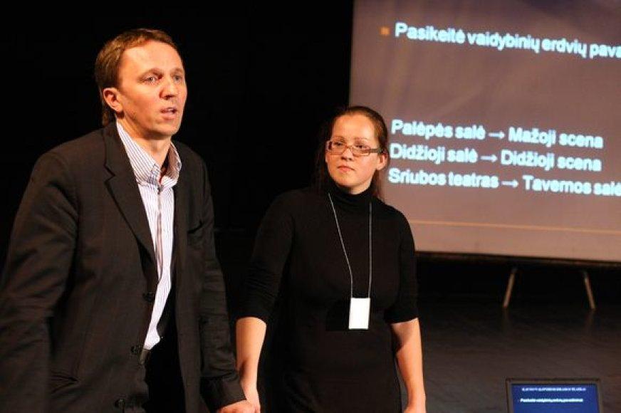 Naujienų šūsniu pradedantys sezoną KVDT vadovas E.Stancikas ir teatro atstovė spaudai M.Pilkaitė tiki, kad jis bus įdomus žiūrovams.