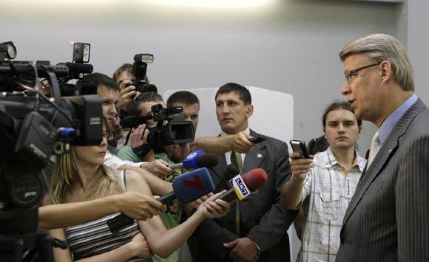 Latvijos prezidentas Valdis Zatlers bendrauja su žiniasklaida po referendumo dėl parlamento paleidimo teisės.