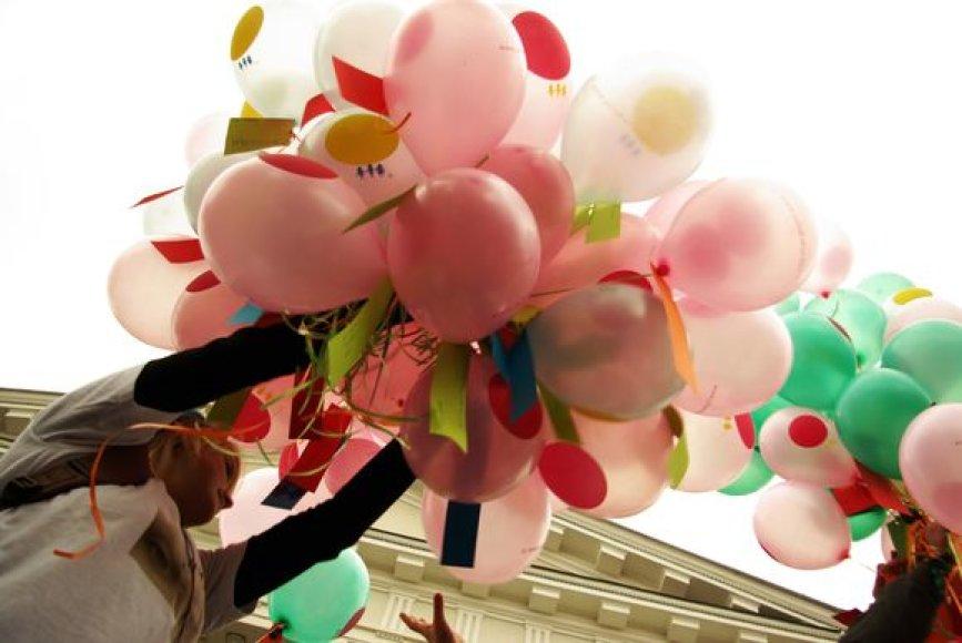 Akcijos savanoriai dalijo balionus