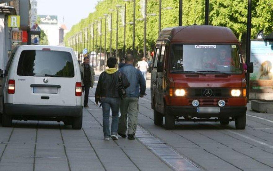 Kuo toliau, tuo labiau Laisvės alėja primena ne pėstiesiems skirtą gatvę, o greitkelį, kuriuo nuolat zuja lengvasis ir sunkusis transportas.
