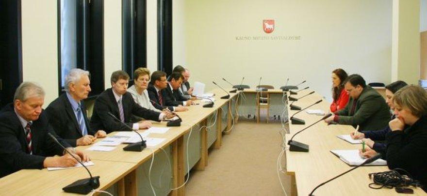 Su žiniasklaida, miesto vadovais ir savivaldybės darbuotojais susitikę kauniečių išrinkti Seimo nariai žadėjo dažniau teikti informaciją, kaip sekasi rūpintis Kauno projektais.