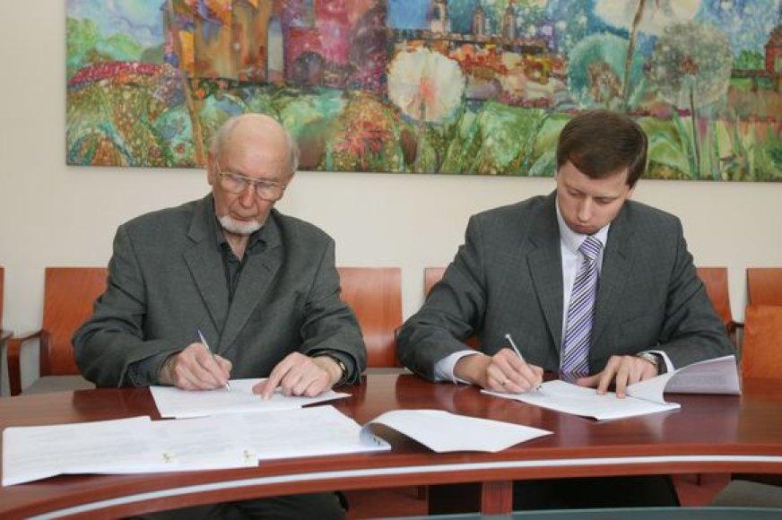 Dailės kūrinių kolekcijos dovanojimo sutartį vakar pasirašė prof. A.Miškinis (kairėje) ir miesto meras A.Kupčinskas.