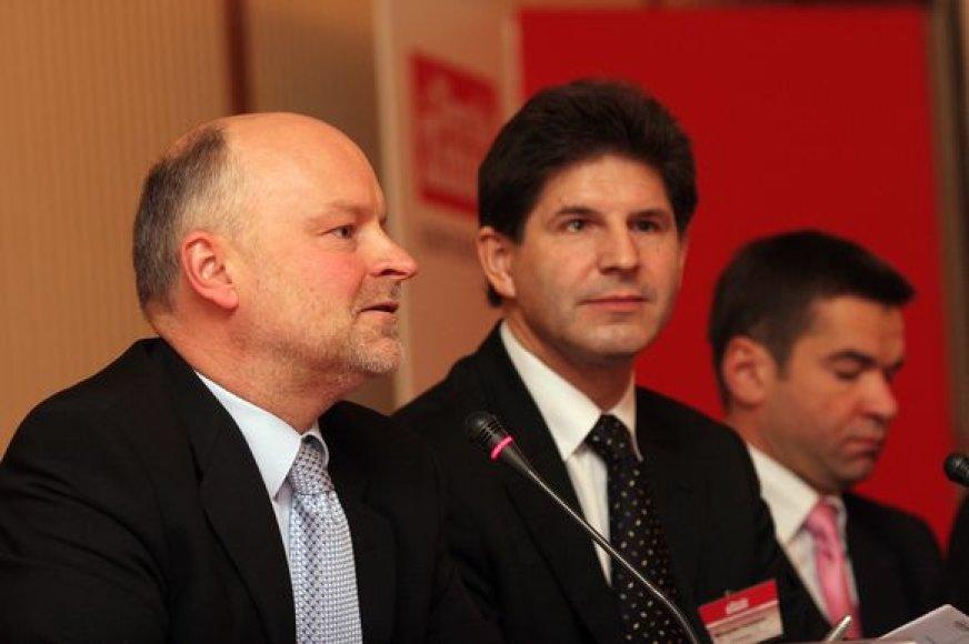 Susisiekimo viceministras R.Vaštakas (viduryje) tvirtino valdiško darbo ėmęsis ne dėl geresnių finansinių sąlygų.