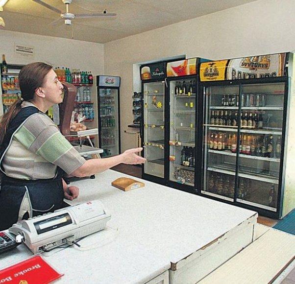 Atsigavusi nuo išvakarėse patirto šoko parduotuvės direktorė vakar vėl stovėjo prie kasos aparato.