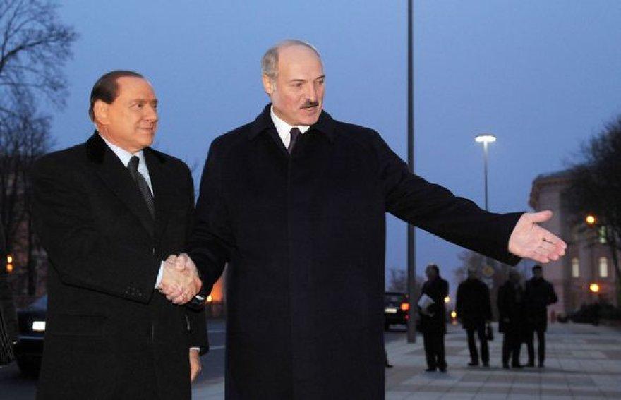 Italijoje nelabai suprantama, ką S.Berlusconi (kairėje) veikė Minske.