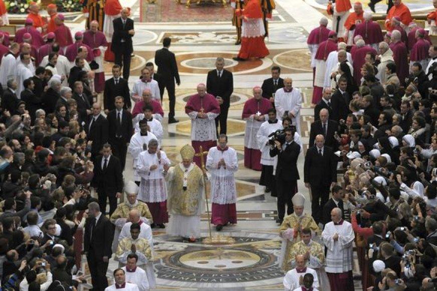 Per Tris karalius apsaugininkai ėjo iš abiejų šonų lydėdami popiežių, kaip iki šiol nėra buvę.