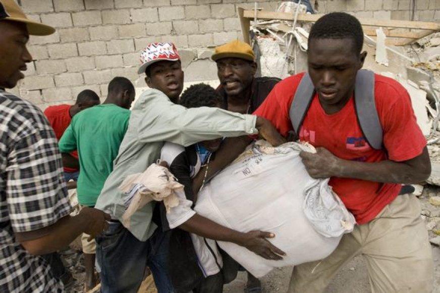 Neviltis Haityje tęsiasi.