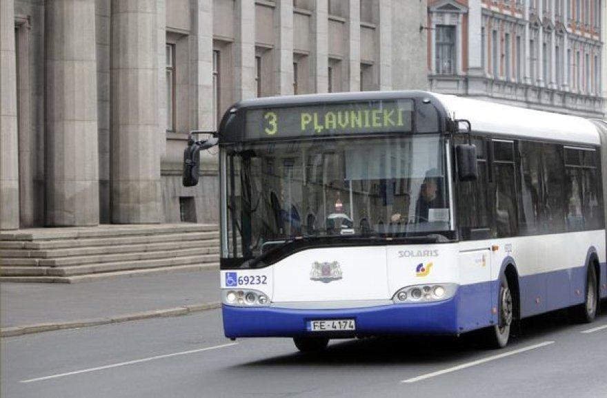 """Skandalo epicentre atsidūrė """"Mercedes"""" autobusai, važinėjantys Rygos gatvėmis."""
