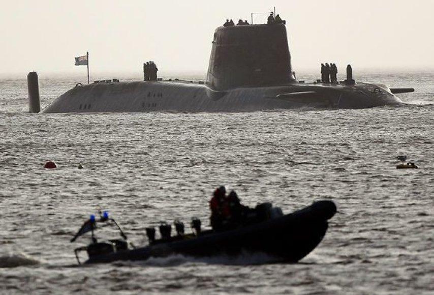 Didžiosios Britanijos karališkojo karo laivyno povandeninis atomlaivis užplaukė ant uolų.