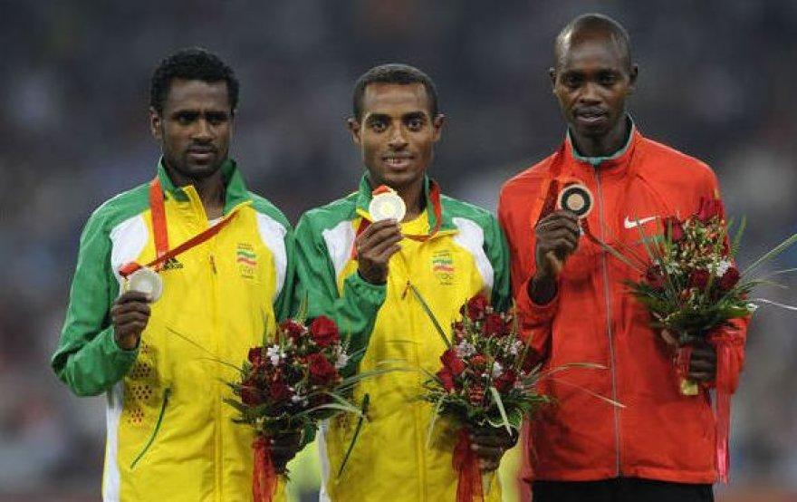 Naujasis pasaulio rekordininkas Micah Kogo (dešinėje) – Pekino olimpiados bronzos medalio laimėtojas