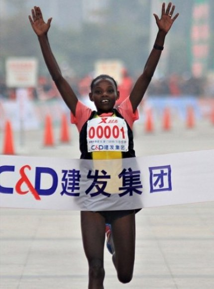 Finišuoja maratono laimėtoja Atsede Bayisa