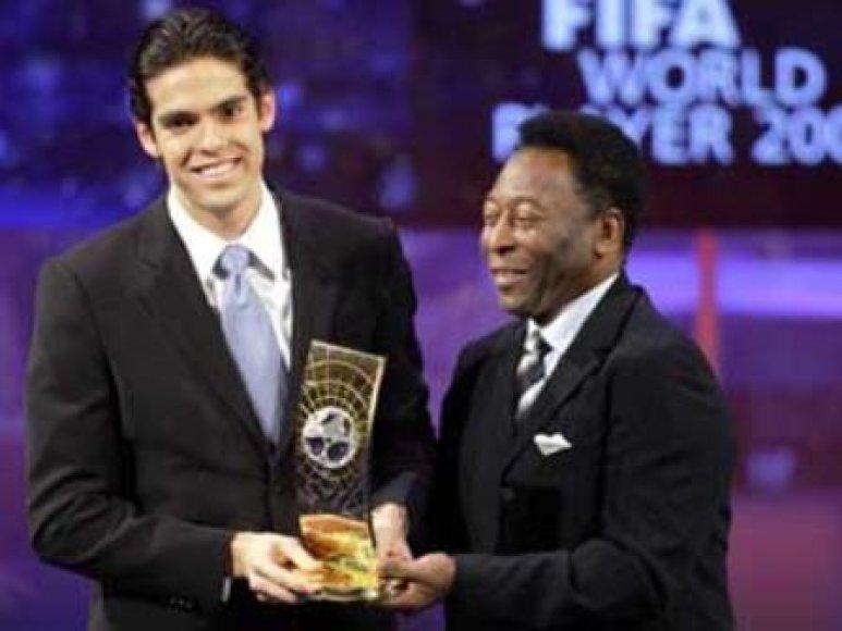 Pele sveikino Kaka, kaip geriausią pasaulio futbolininką, 2007 metais