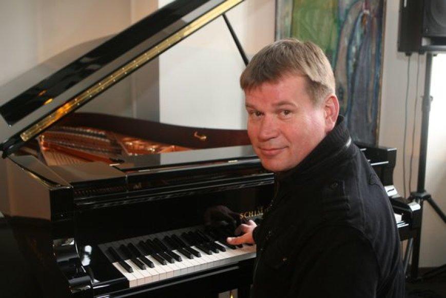 Petras Vyšniauskas groja fortepijonu