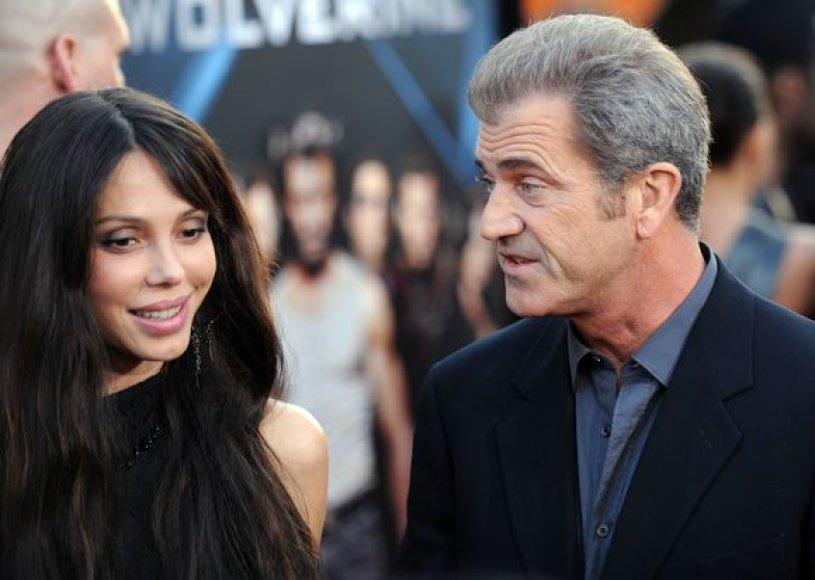 Melas Gibsonas su nauja drauge Oksana