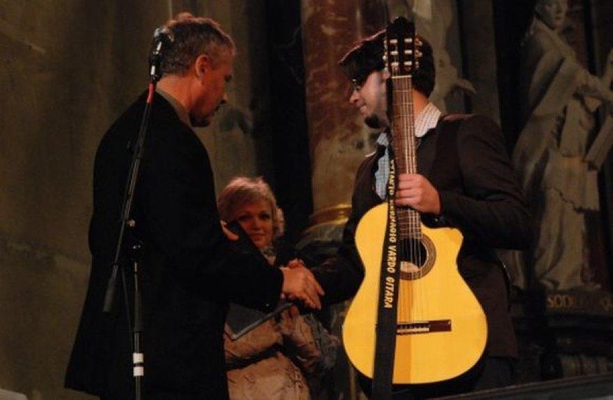 V. Kernagio gitara įteikiama dainuojamosios poezijos atlikėjui Domantui Razauskui