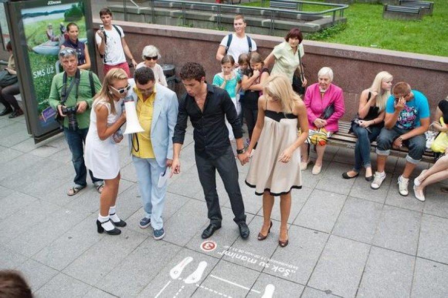 """""""Šok su manimi"""" projekto dalyviai aiškinasi šokių schemas"""