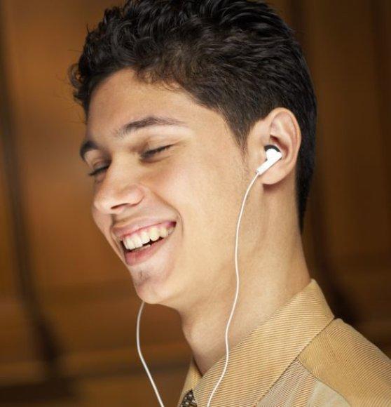 Vyras su ausinėmis