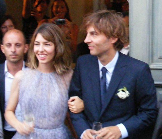 Sofia Coppola su sutuoktiniu Thomu Marsu išeina iš bažnyčios