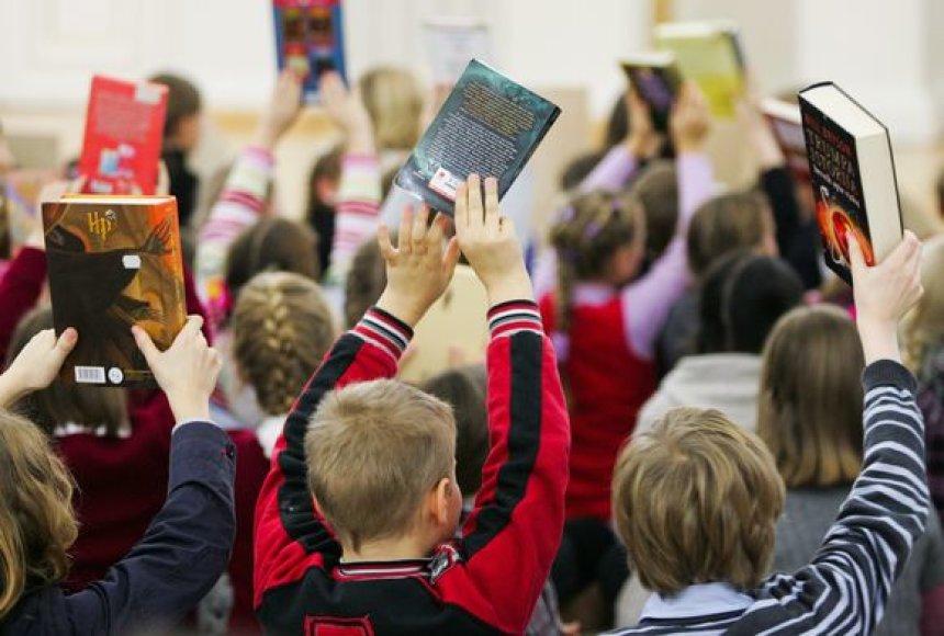 Vaikai su knygomis